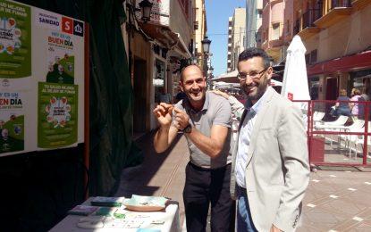 Sanidad coloca una mesa informativa sobre el tabaquismo en la calle real como colofón de la XVII semana sin humo