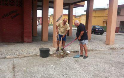 Vecinos de la calle Andalucía de La Línea, obligados a barrer ante la ausencia de barrenderos