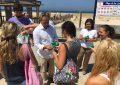 Maribel Peinado informa en Tarifa de la importancia de la conservación de la playa y reparte material ecológico entre sus usuarios