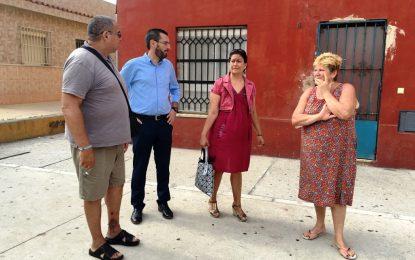 El alcalde y la concejal de Participación Ciudadana supervisan con la asociación vecinal la zona de las 104 viviendas de Nueva Atunara