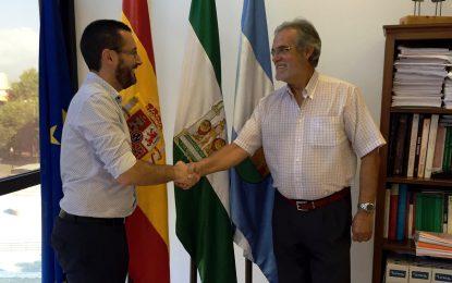 El alcalde agradece sus 36 años de servicio a Juan Ruiz, ante su inminente jubilación