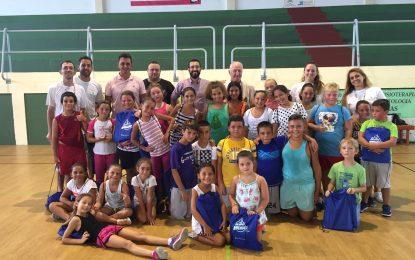 Niños de los talleres de verano de Asuntos Sociales reciben material escolar