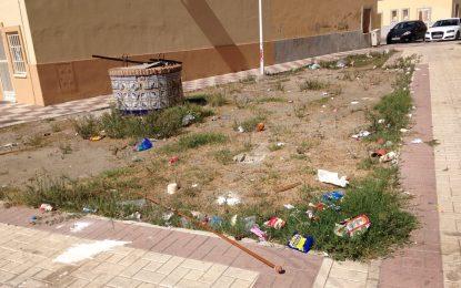 Vecinos de la Plaza del Agua, en San Bernardo, piden más limpieza al equipo de Gobierno