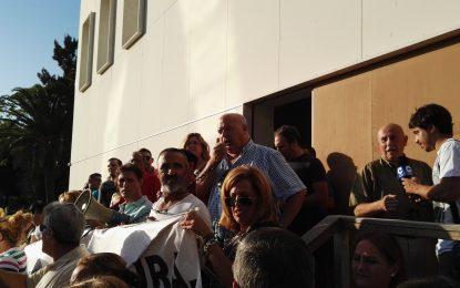 Buena asistencia a la convocatoria de los sindicatos para protestar en la puerta del Ayuntamiento de La Línea