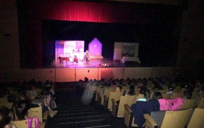 """Alumnos de primaria de cuatro colegios asisten a la representación teatral de """"Cuento de Navidad"""""""