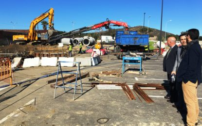 El alcalde y el vicepresidente de la Mancomunidad supervisan el desarrollo de las obras de canalización de fecales y pluviales del nuevo hospital