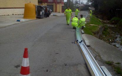 El  Ayuntamiento coloca guardarraíles de protección en el Camino de Estepona