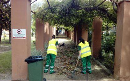 Trabajos de poda y mantenimiento en los jardines municipales, inmediaciones del parque y polígono industrial del Zabal