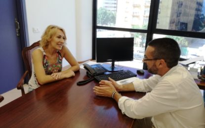 El alcalde recibe a la cantante linense Sandra Cabrera que el 5 de agosto participará en un festival ruso