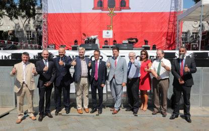 Tradicional firma de la bandera por parte de los integrantes del Gobierno de Gibraltar y parlamentarios que hicieron ayer su visita