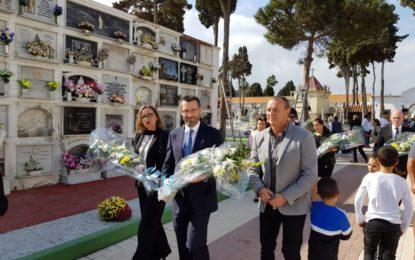 Los politicos linenses honran a los antepasados en el Cementerio