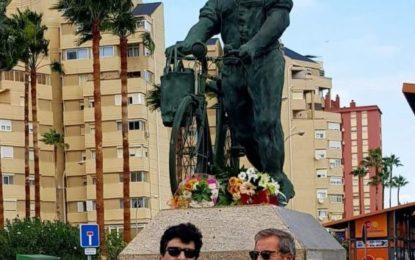 El PSOE de La Línea hace su ofrenda floral en la estatua del trabajador español en Gibraltar