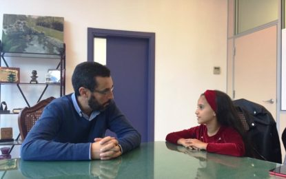 """El alcalde recibe a la pequeña bailaora Mariam Lobato """"la Terremoto de La Línea"""" tras su participación en un programa televisivo"""