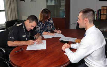 La Agencia del Cuidado y RGP firman un memorando de entendimiento para la protección de adultos con discapacidades de aprendizaje que pueden requerir la participación de la policía