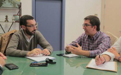 El secretario general del Psoe, Juan Chacón, se reúne con el alcalde, Juan Franco