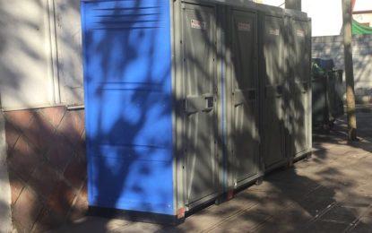 Juventud instala baños públicos portátiles en la plaza de la Iglesia para la víspera de Navidad