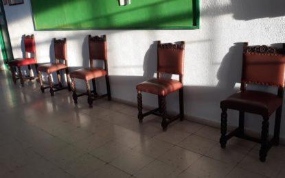 El CEIP Inmaculada dona unas sillas con más de 70 años de antigüedad al Museo Cruz Herrera