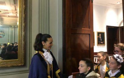Alumnos de Bishop Fitzgerald visitaron la sala de la alcaldesa de Gibraltar, Kaine Aldorino