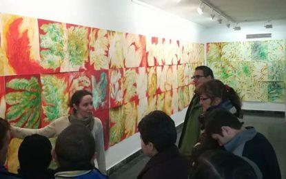 Alumnos linenses asisten a visitas guiadas por la exposición de Candi Garbarino en la galería Manolo Alés