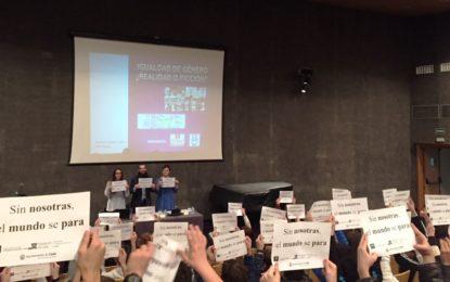 """Estudiantes de Bachillerato y Secundaria participan en la charla sobre """"Igualdad de género ¿realidad o ficción?"""" organizada por la delegación de Igualdad"""