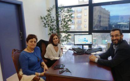 El alcalde reconoce la labor de la doctora Rocío Montiel para mantener la atención en el servicio de Pediatría del hospital