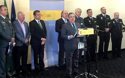 Zoido ha visitado La Línea de la Concepción, donde ha hecho un seguimiento del refuerzo de las Fuerzas y Cuerpos de Seguridad del Estado en el Campo de Gibraltar