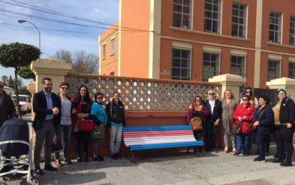 Tres bancos en la avenida de España con los colores de la bandera trans dan visibilidad a las personas transexuales y transgénero