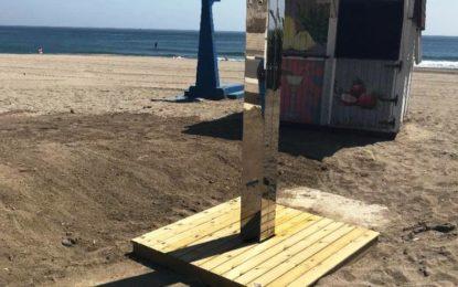 Infraestructuras instala 26 nuevas duchas de acero inoxidable en las playas urbanas de la ciudad
