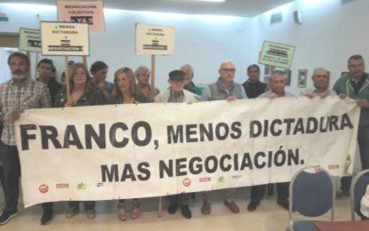 Los sindicatos, entre ellos UGT, protestan en el pleno y en la puerta de alcadía de Juan Franco ante la falta de negociación colectiva