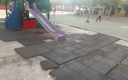 La Comisión Ejecutiva Municipal denuncia el estado de los parques infantiles de la ciudad