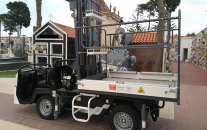 Un nuevo vehículo portaféretros presta ya servicio en el Cementerio Municipal