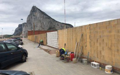El ayuntamiento acomete la reparación del muro de la ciudad deportiva frente a la playa de Santa Bárbara