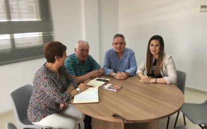 Carmen García y Helenio Fernández conocen a la  linense Miriam Góngora, primera monitora federada de boxeo en Andalucía