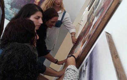 Personas invidentes visitan la exposición pictórica de Maral Rios en la sala temporal del Museo Cruz Herrera