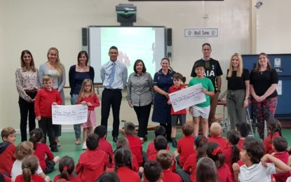Loss alumnos de Governor's Meadow First School recaudan dinero para dos entidades benéficas