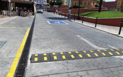 El Ayuntamiento instala bandas reductoras de velocidad en distintas calles de la ciudad