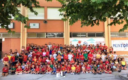 """Franco y Rosa López entregan al colegio Andalucía el premio del concurso de Arcgisa """"Mundo limpio. Dale vida a tu ropa usada"""""""
