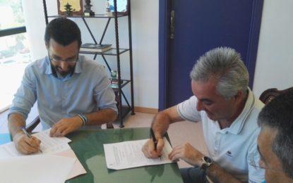 El alcalde, Juan Franco, y los integrantes de la Asociación 3 noviembre 1730 Fuerte Santa Bárbara realizan la firma del convenio