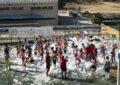 """El campamento de verano de la Casa de la Juventud celebra """"la fiesta de la espuma"""" en el Club Marítimo Linense"""