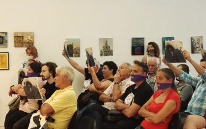 Los colectivos LGTBI protestaron en el pleno por la censura de una fotografía