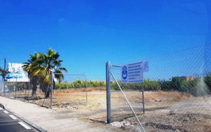 Disciplina Urbanística acomete la limpieza y vallado perimetral de un solar en la calle Cartagena