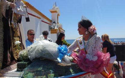 Multitudinaria ofrenda floral a la Virgen del Carmen, en el barrio de La Atunara (Galería de fotos)