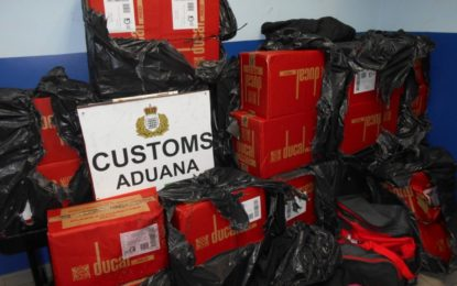 Agentes del Servicio de Aduanas incautan con éxito varias cajas de tabaco valoradas en aproximadamente 15.000 libras en la carretera de la Playa de Levante