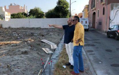 Iniciado el cerramiento de una parcela en la calle Fernando Díaz de Mendoza tras la ejecución de trabajos de limpieza y mantenimiento