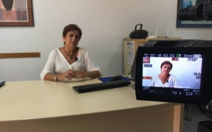 Alumnos del taller audiovisual contra la LGTBfobia entrevistan a la concejal de Igualdad, Carmen García
