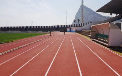 Jueces de la Real Federación Española de Atletismo inspeccionan las pistas de atletismo del Estadio Municipal en base a su homologación