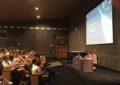Unos doscientos estudiantes de tres institutos acuden al encuentro con el físico Eugenio Manuel Fernández organizado por la biblioteca