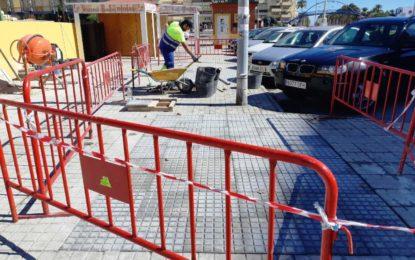 Acometidos trabajos de reposición de acerados en la Avenida del Ejército