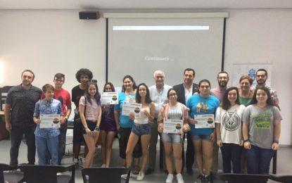 """El acalde felicita a los participantes en el taller contra la LGTBIfobia """"La cámara arcoíris"""" por la realización de un audiovisual"""