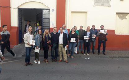 El PSOE reparte en La Línea dípticos informativos sobre la campaña 'Más Andalucía que nunca'